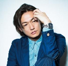 青いジャケットを着た井浦新のかっこいい画像